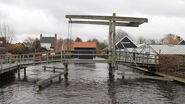 Openingstijden Historische Tuin Aalsmeer - De brug geeft toegang tot de Historische Tuin Aalsmeer